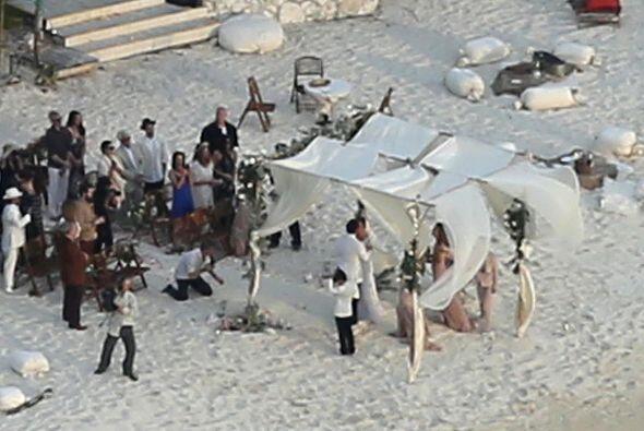 Pusieron una pequeña carpa en la playa.