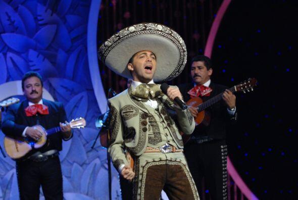Y es que el cantante se presentó cantando ranchero, un gén...