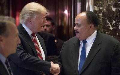 Donald Trump estrecha la mano a Martin Luther King III después de...