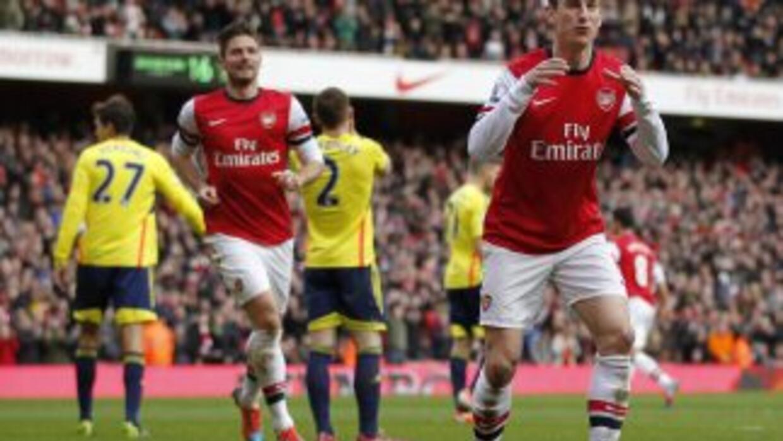 Laurent Koscielny celebra el cuarto gol del Arsenal.