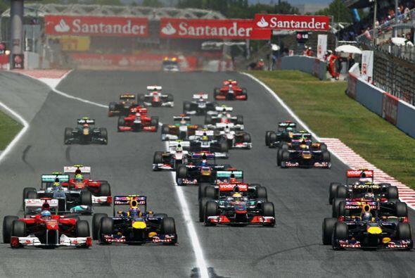 Los dos Red Bull de Mark Webber y Sebastian Vettel arrancaron desde la p...