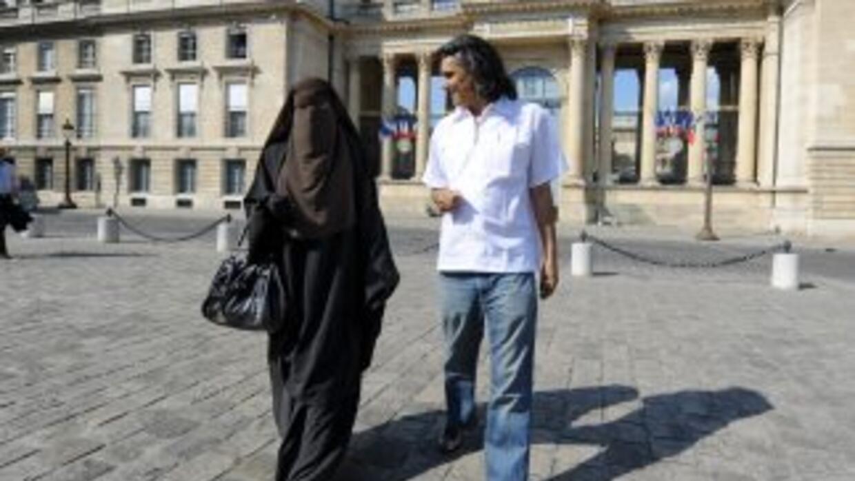 Una ley francesa que prohíbe portar velo integral en público sería apoya...