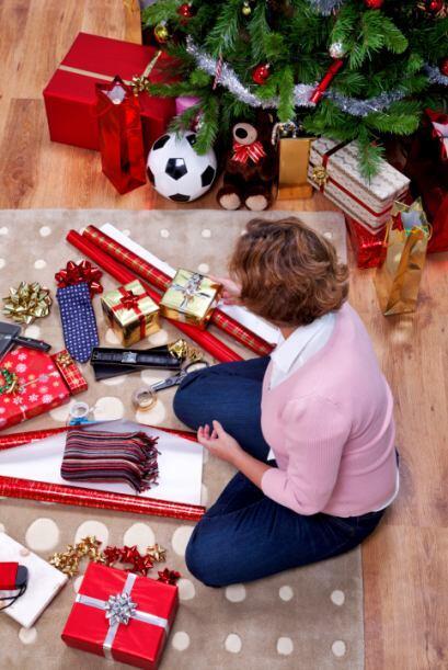 Designa un área de la casa para empapelar tus regalos y permite q...