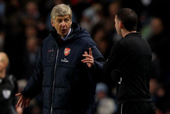 El técnico 'gunner' Arsene Wenger no lo podía creer y le reclamaba a tod...