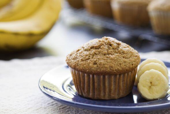 Unta un muffin inglés integral con mantequilla de maní y agrega ¼ de ban...