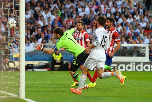 Y ese nerviosismo se reflejó en Casillas quien en una desafortuna...