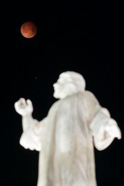El Salvador estuvo coronado por la luna roja.