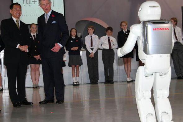 En esta imagen de 2008 se ve cuando el príncipe Carlos conoció a ASIMO e...