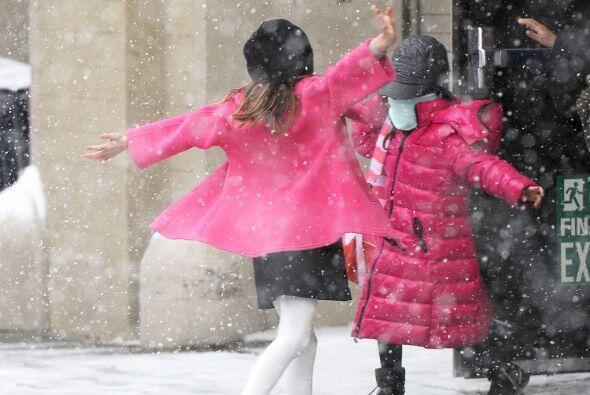 Suri moría de risa con la nieve de Manhattan.Más videos de Chismes aquí.