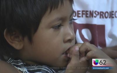 Familias inmigrantes piden al gobernador de Texas parar los ataques