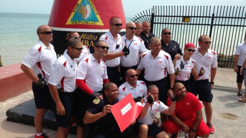 Completando un recorrido de 180 millas, estos policías de Miami junto a...