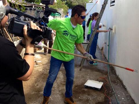 Aquí vemos a Johnny Lozada como un verdadero handyman en su natal...