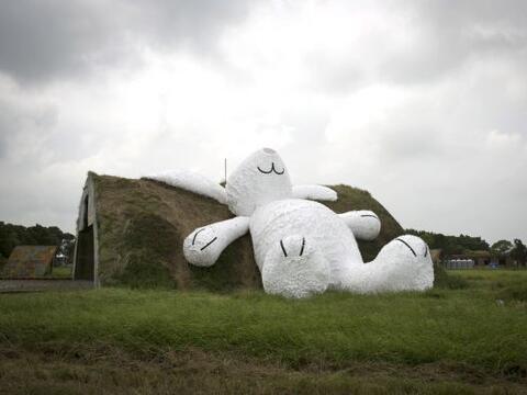 La escultura de un conejo gigante que hace referencia a la leyenda orien...