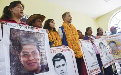 Jan Jarab con los padres de los 43 estudiantes de Ayotzinapa (Imagen de...