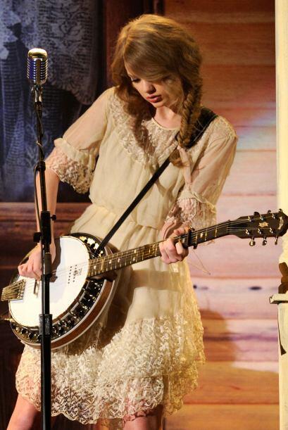 Con su guitarra y sus dos trencitas, Taylor Swift se ve muy bien.