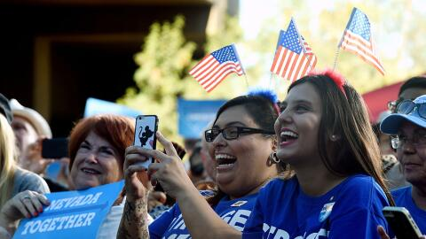 'Millenials' participan en un evento de la campaña de Hillary Cli...