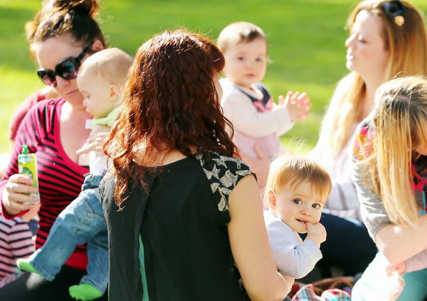 El reto de ser madre hoy en día: Mamás Generación X vs. Mamás Millennials