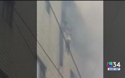 Madre lanzó a sus hijos de ventana durante incendio