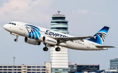 En esta imagen del 21 de agosto de 2015, un avión Airbus A320 de EgyptAi...