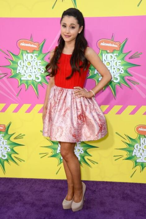 Súper apasionado el diseño en rojo que nos modeló Ariana Grande en su pa...