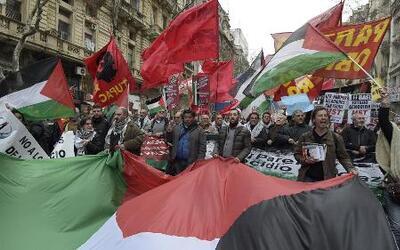 Cientos de Palestinos protestaron contra Israel durante unos funerales