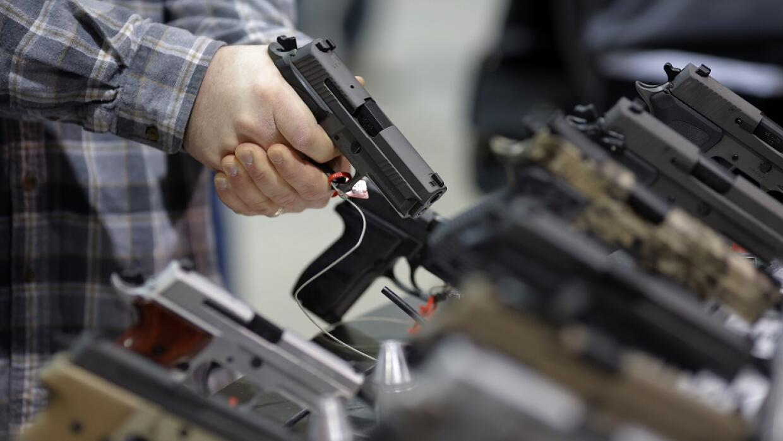 Una persona sujera un arma en una feria en Pennsylvania en febrero de 20...
