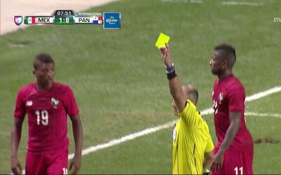 Tarjeta amarilla. El árbitro amonesta a Luis Ovalle de Panamá