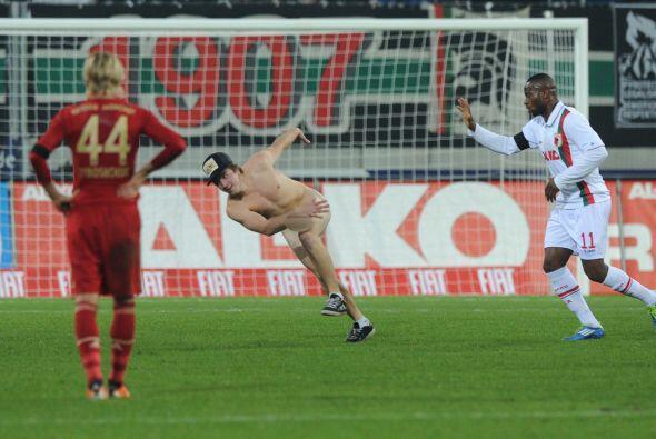 Algunos futbolistas intentaron sacarlo del campo, pero resultó un...