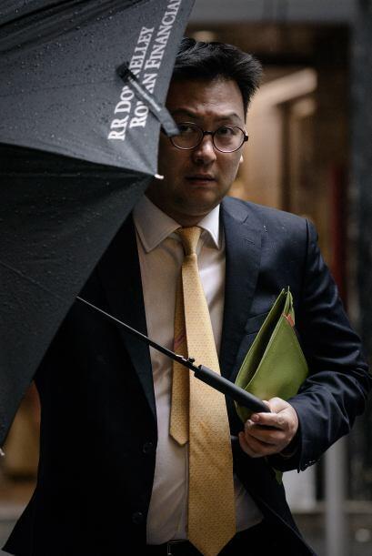 Abrir un paraguas dentro de una casa no es permitido por un superst...