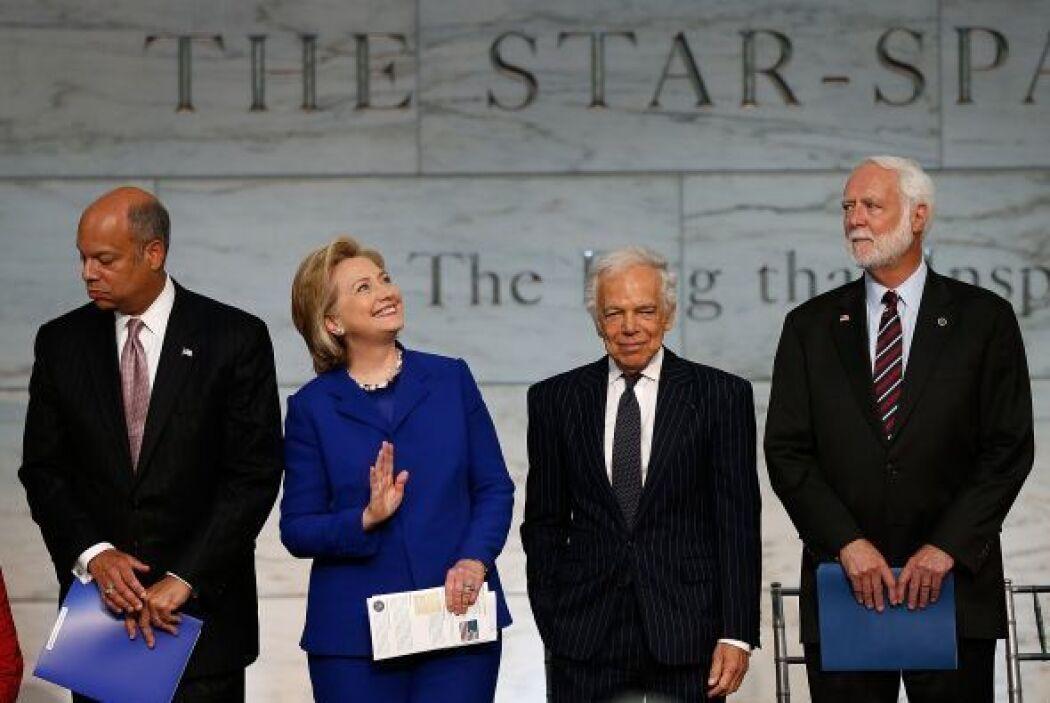 Hillary Clinton saluda a los espectadores durante una ceremonia de natur...