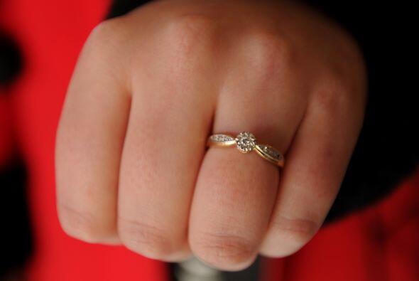 Después de esto, Ashley sacó un anillo que venía en una caja en forma de...