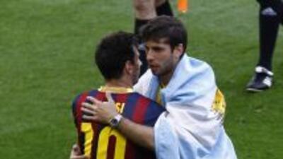 Emiliano Insúa saludando a Messi cuando jugaba para el Atlético de Madrid.