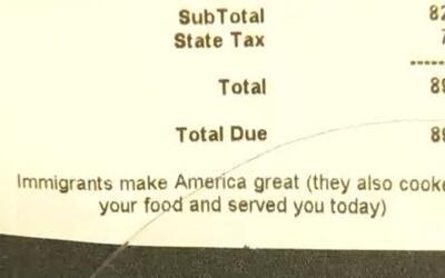 """El mensaje en la cuenta de un restaurante en Brooklyn: """"Trabajo de inmig..."""