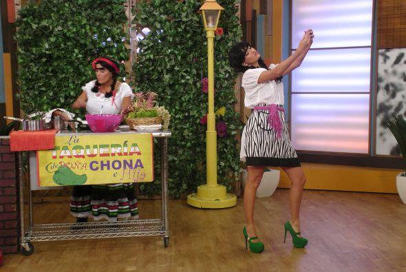Con toda la sensualidad y buen humor que caracteriza 'Doña Chona e hija'...