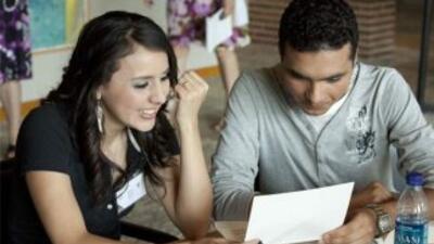 Samuel Cruz, ganador de la beca nacional del 2008 y Ariana J. Chavez, ga...