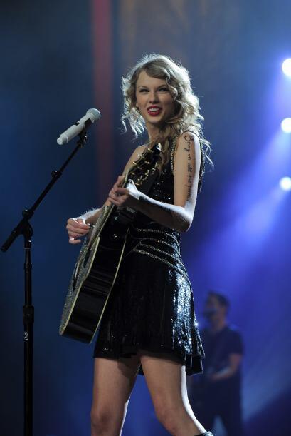 2. TAYLOR SWIFT- Esta cantante de 22 años, en sólo unos años ha podido d...
