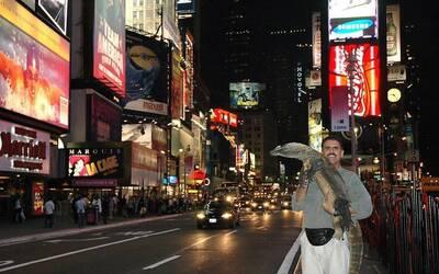 Ron Magill con el dragón de Komodo, Khaos en Times Square.