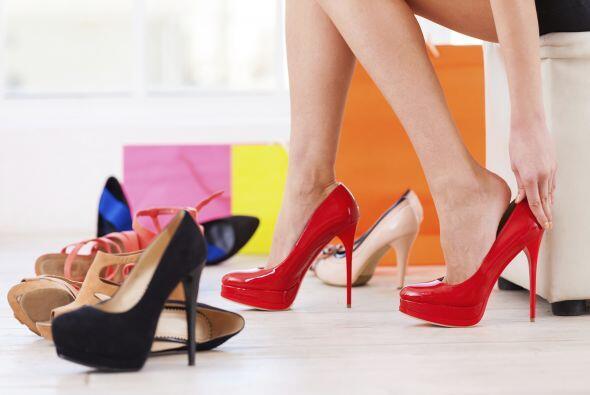 Las mujeres no pueden tener solamente un par de zapatos. Son su fascinac...