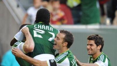 La dupla colombiana de Diego Chará y Jorge Perlaza lideró el triunfo 2-1...