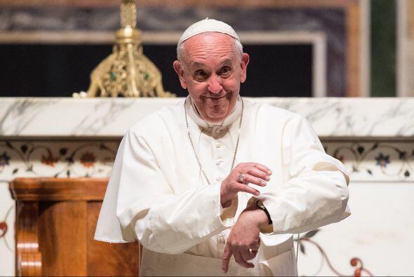 Francisco mira su reloj y gesticula disculpándose de no poder saludar a...