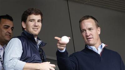 Peyton estuvo acompañado de su hermano y QB de los Giants en el juego de...