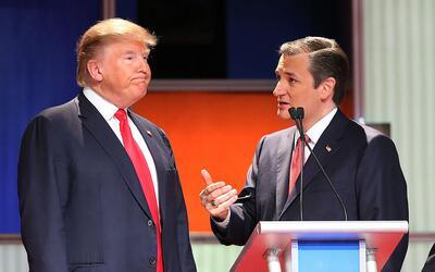 Trump y Cruz conversan durante una pausa en el debate republicano de Car...