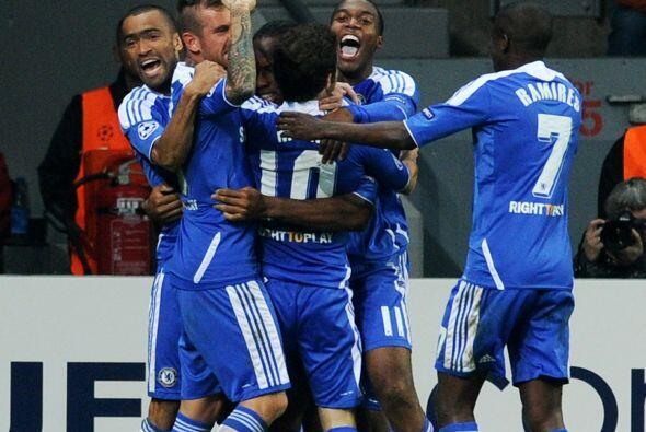 Didier Drogba aguantó los embates de varios defensores y fusil&oa...
