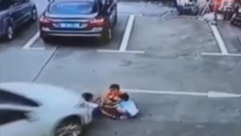 Conductora atropella con su auto a tres niños que jugaban en un estacion...