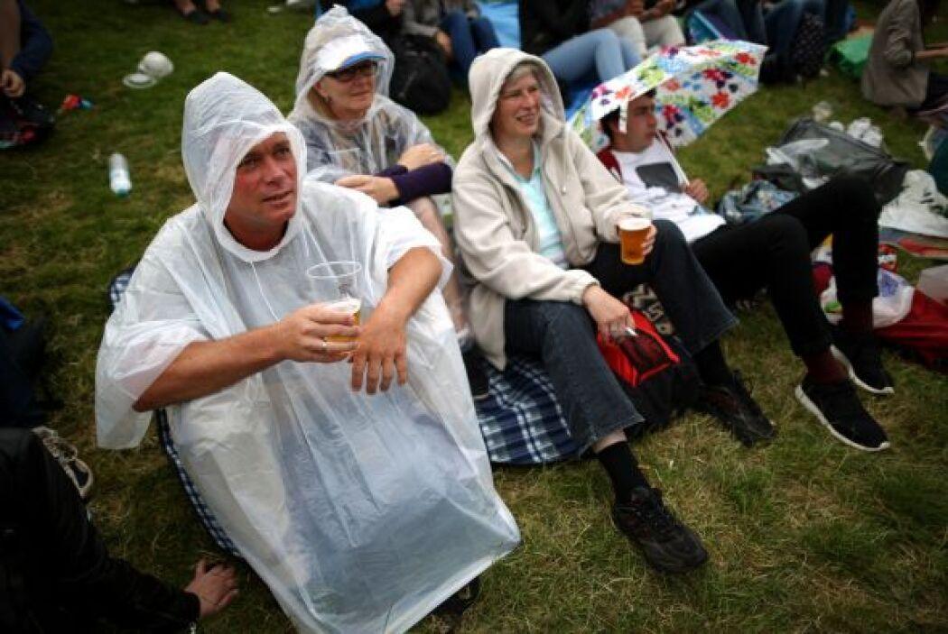 Eso sí, los aficionados no fueron asustados por la lluvia.