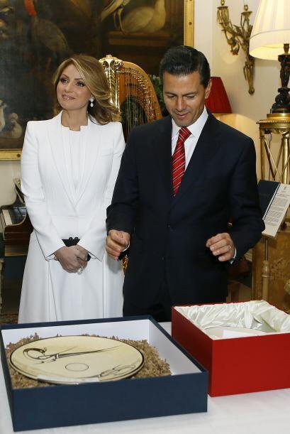 Mira fotos de la visita de Angélica Rivera y Peña Nieto a...