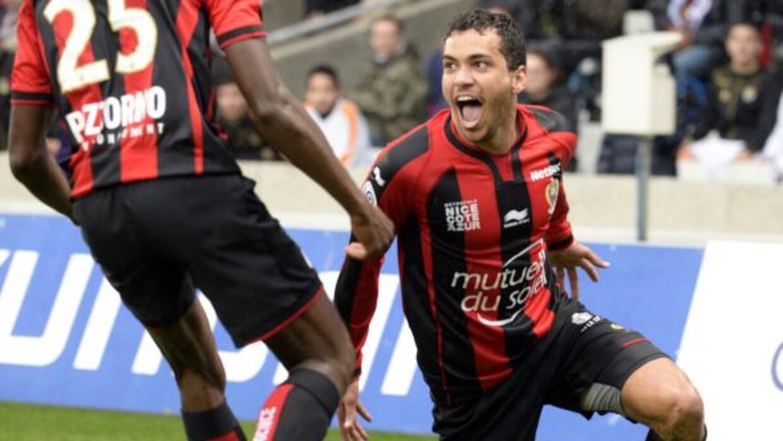 Carlos Eduardo abrió el marcador en el duelo que les arrebató el liderato.
