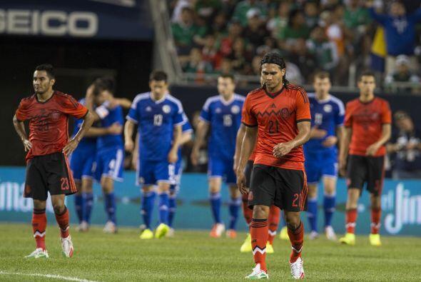 Carlos Peña (7): Esta vez no fue factor en la mitad de la cancha....