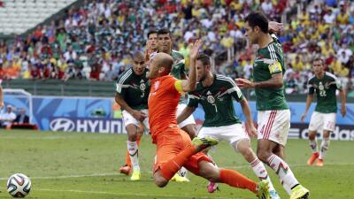 Acción de la falta que marcó el árbitro en el Mundial de Brasil.