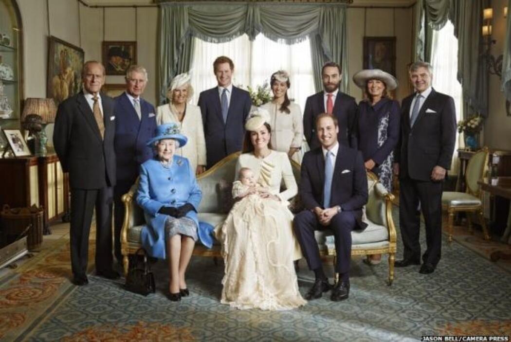 La familia real británica luce sobria y elegante en las imágenes oficial...
